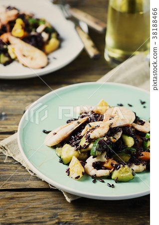 Black rice with prawns, vegetables and orange 38188466