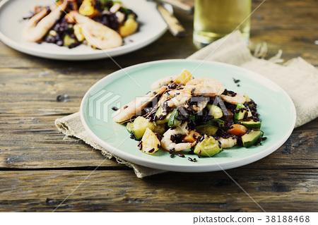 Black rice with prawns, vegetables and orange 38188468