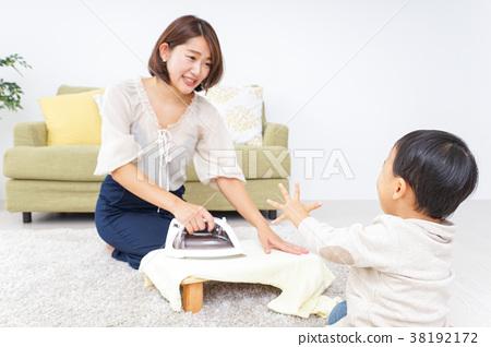 做家事的母親和孩子 38192172