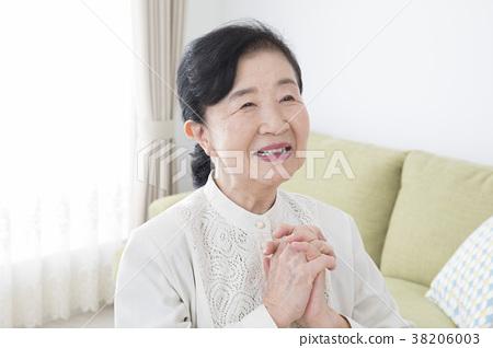 70多歲的女性 38206003