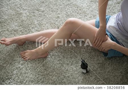 예쁜 발 마사지 젊은 일본인 여성 38208856