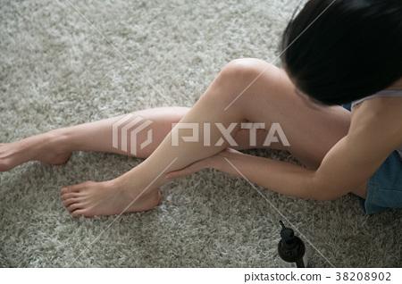 예쁜 발 마사지 젊은 일본인 여성 38208902
