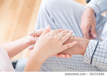 젊은 간호사와 할아버지 손을 잡는 손에 닿는 양로원 보육 센터 휠체어 38232980