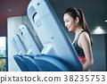 健身房跑步机的女人 38235753