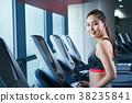 健身房跑步机的女人 38235841
