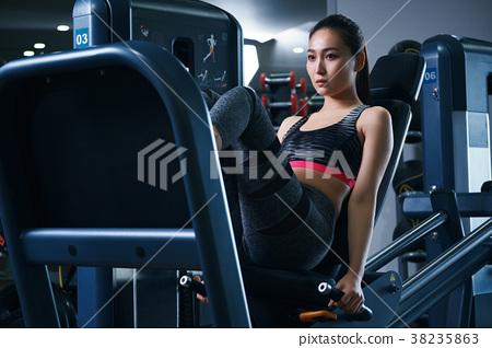 健身房腿压机器女人 38235863