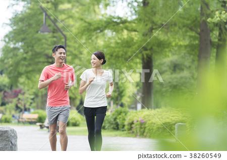 A couple wearing sportswear 38260549