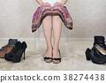 신발을 선택하는 여자 38274438
