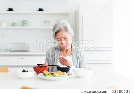 시니어 여성 식사 38280533