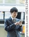 拿著智能手機的商人在機場 38281294