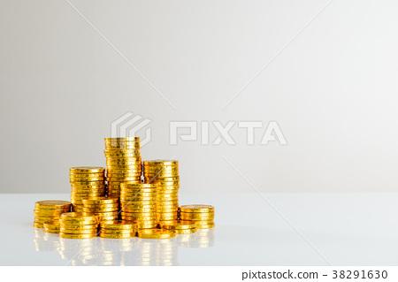 許多金錢金幣白色背景 38291630
