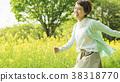 유채 꽃밭을 산책하는 여성 38318770