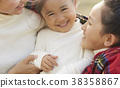 父母和孩子在公園裡玩 38358867