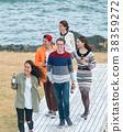 男人和女人在海边享受聚会 38359272
