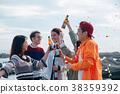 男人和女人在海边享受聚会 38359392