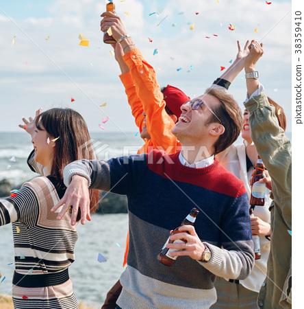 男人和女人在海边享受聚会 38359410