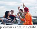 男人和女人在海边享受聚会 38359461