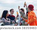 男人和女人在海邊享受聚會 38359463