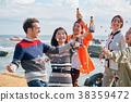男人和女人在海邊享受聚會 38359472
