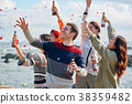 男人和女人在海边享受聚会 38359482
