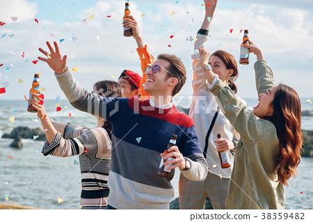 男人和女人在海邊享受聚會 38359482