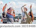 男人和女人在海边享受聚会 38359486