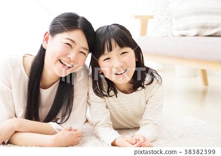 父母和孩子家庭兒童女孩小學生女人生活方式 38382399