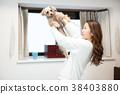 一隻狗和一位年輕的女士 38403880