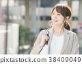 นักธุรกิจหญิงยิ้มที่มุมถนน 38409049
