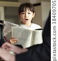 孩子們在音樂室裡唱歌 38409705
