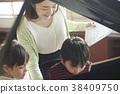 音乐室的老师和学生 38409750