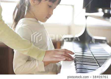 音樂室的老師和學生 38409761