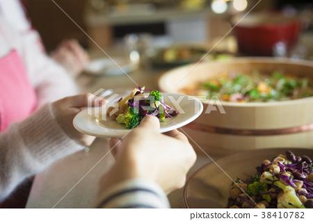 식사를하는 남녀 38410782