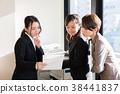 사무실에서 일하는 OL 38441837