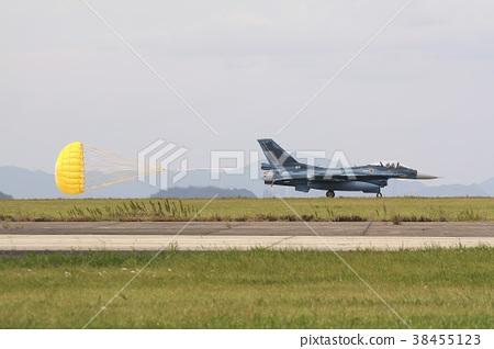 후쿠오카 현 축성 기지의 활주로 슛을 당겨 착륙 주행하는 항공 자위대의 F-2A 지원 전투기 38455123