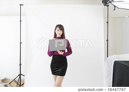 스튜디오 플래시 촬영 그레이 카드 화이트 밸런스를 취하는 이미지 38487787