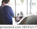 자동차 딜러 구입을 고려하는 가족 38503217