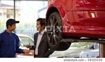 接收請求的汽車維修坑機械師 38503530
