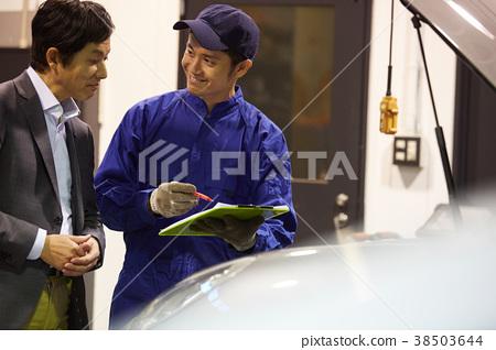 汽車維修引擎技工和客戶 38503644