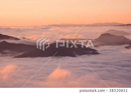 在從神聖的山看見的早晨太陽染的雲彩海 38520831