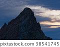 登山者在山頂等待日出。 38541745