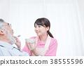 개호 직 와병 생활 노인에게 먹이는 노인 간호 시중 장면 식사 시중 간병인 38555596