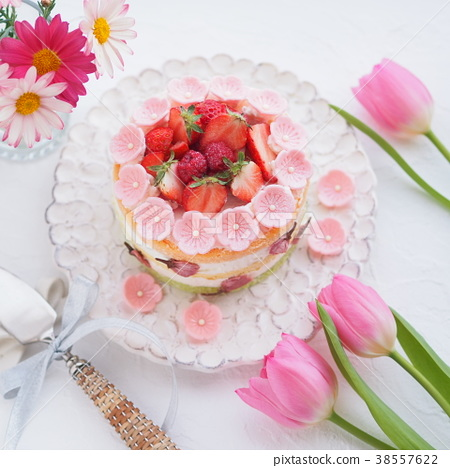 Strawberry cute cake 38557622
