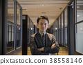 做胳膊的商人在一個共有的辦公室 38558146