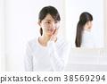 거울로 향하는 여성 38569294
