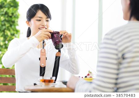 카페에서 사진을 찍는 여성 38570483