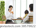 3代父母和孩子在一家咖啡館放鬆 38570622