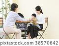 3代父母和孩子在一家咖啡館放鬆 38570642