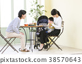 ผู้ปกครอง 3 รุ่นและเด็ก ๆ ผ่อนคลายในร้านกาแฟ 38570643