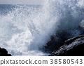 粗糙的海浪撞入岩石 38580543